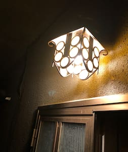 La porta di ingresso viene illuminata da una luce esterna