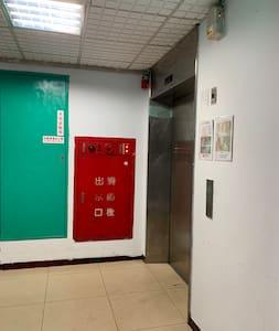 殘障走道的電梯間
