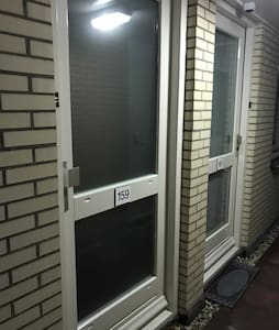 Pintu masuk tetamu lebih luas daripada 32 inci