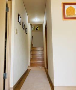 ゲストのお部屋は2階です。階段は緩やかですが、手すりが付いています。