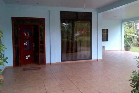 Garage y entrada principal