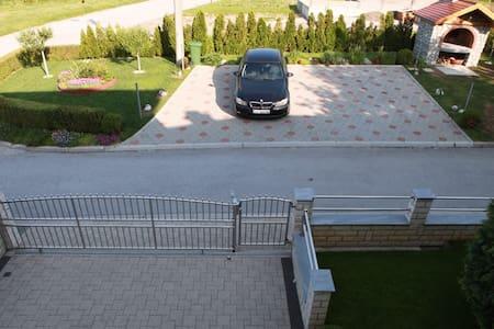 身障者用の駐車場がある
