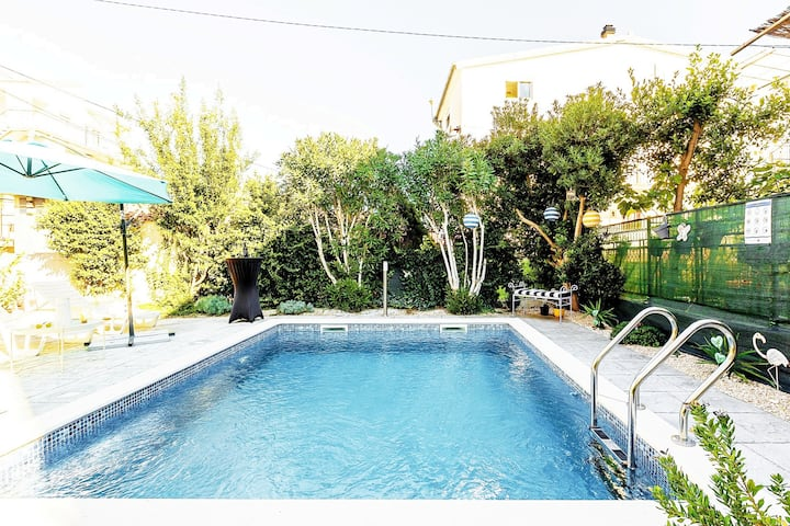 App 1-5pe with pool and garden 230m2 near old town