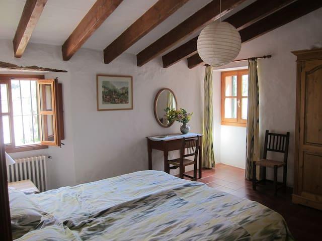 Ein großes Schlafzimmer  zu ebener Erde