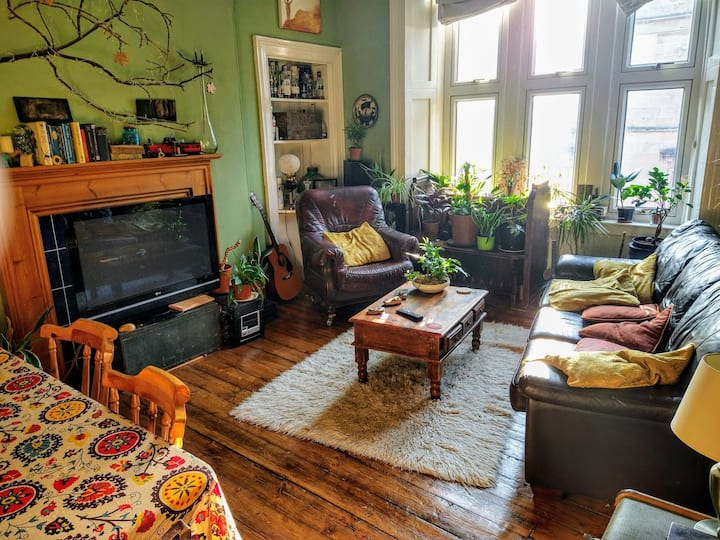 Unique bohemian flat with comfy bed for two
