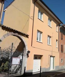 foto della casa, l'entrata ha 1 gradino