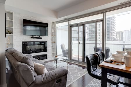 Luxurious Condo With Parking in Heart of Downtown!