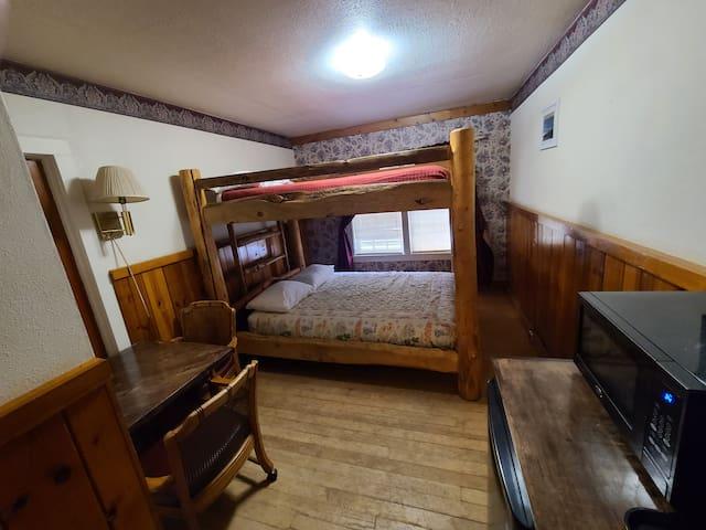 Room 4 queen bunk beds
