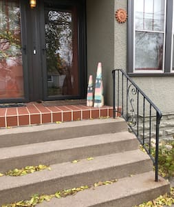 There are 5 steps with handrails to enter the Airbnb.