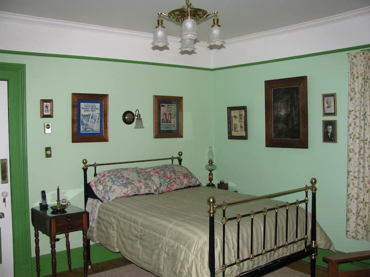 Gower Manor Historic B&B - Green Room