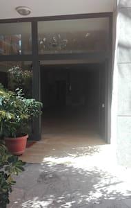 Trinfri sti til den udendørs indgang