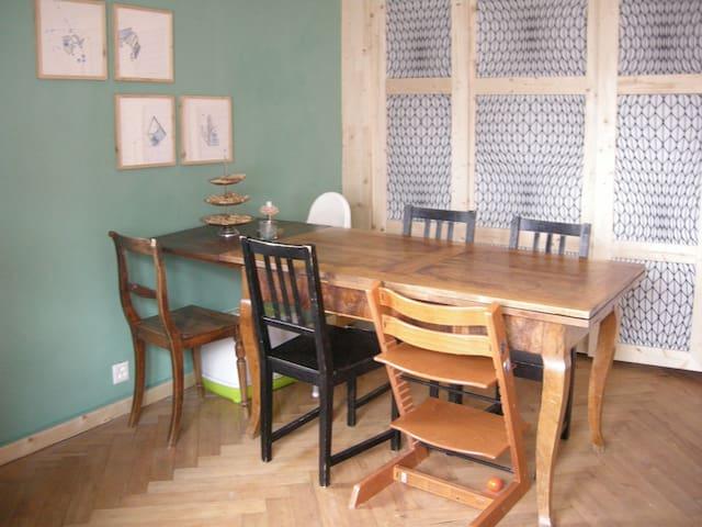 Dieser Esstisch lässt sich noch weiter ausziehen und bietet viel Platz für gemütliches Beisammensein!