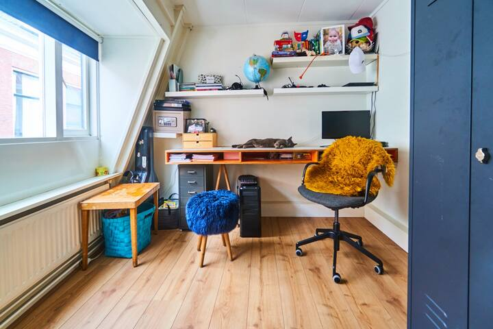 Childrens bedroom with little desk.