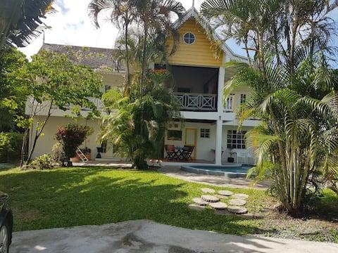 Palm Breeze Villa tiene capacidad para 1-5 personas.