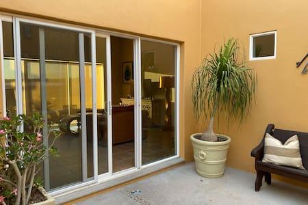 Ventanal de acceso principal con 81 cms y escalón de 10 cms en el acceso
