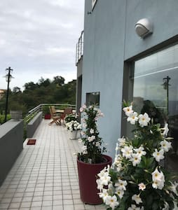 Passaggio che porta a terrazzo ed ingresso molto ampio