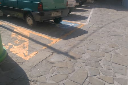 A 30 mt circa dall'ingresso della casa ci sono n.4 posti auto liberi pubblici di cui n.1 per disabili