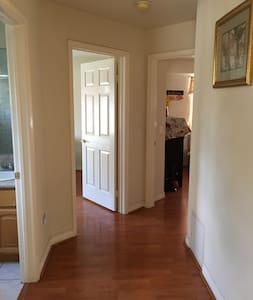 客房明亮温馨舒适入口。