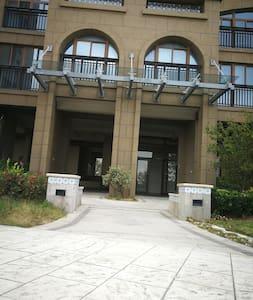 8号楼大楼入口处,无台阶