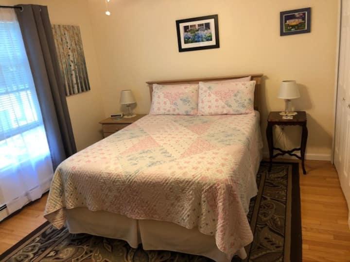 Queen Room w/Private Bath in Quiet Berkshires Home