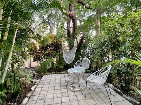 Tropical studio for couples. Steps from 5th Av.