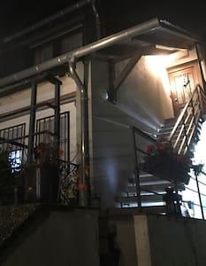 Die beleuchtete Treppe zum Eingang der Wohnung