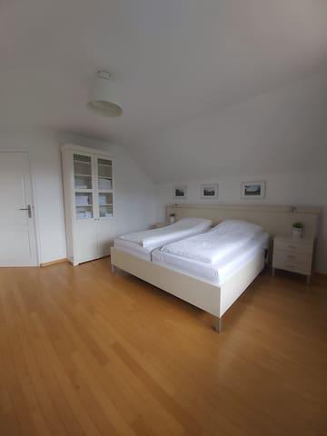 Slaapkamer 1 en suite.