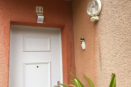 Lumières avec détecteur de présence devant la porte d'entrée pour faciliter l'ouverture de la porte la nuit