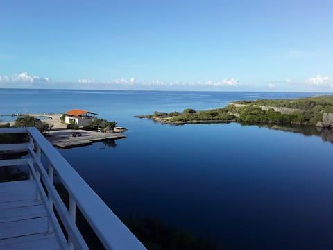 俯瞰海湾全景的悬崖屋