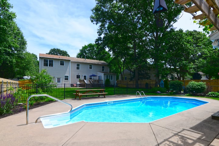 Minutes from Newport, Narragansett, in-ground pool