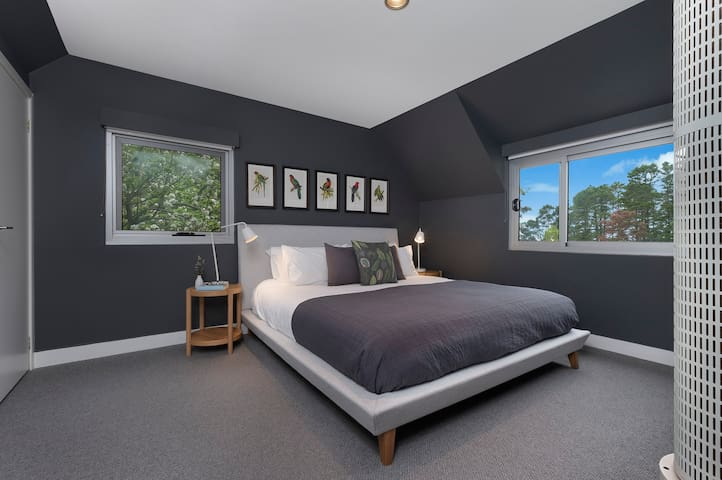Main Bedroom with KING Bed & TV with NETFLIX