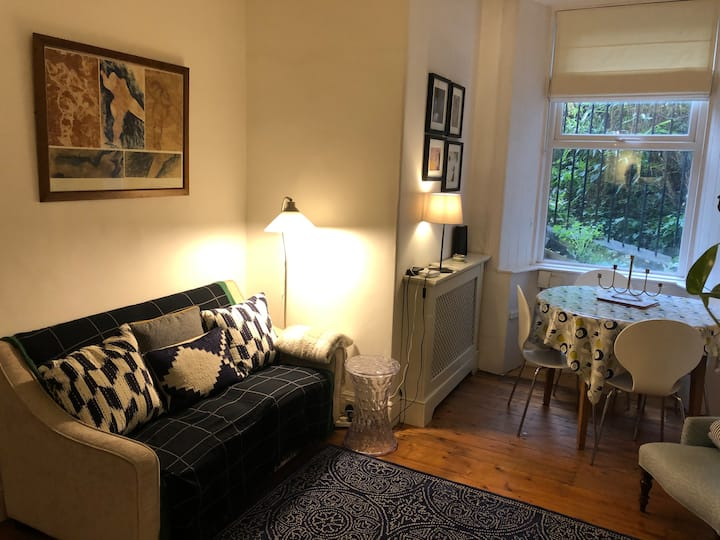 Cosy and Trendy Two Bed Edinburgh Apartment
