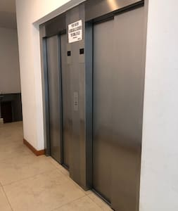 Pasillo de acceso al ascensor en planta baja.