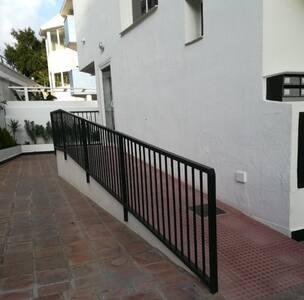 Rampa de acceso para entrada al portal del edificio