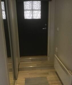 Døråpningen er 85 cm.