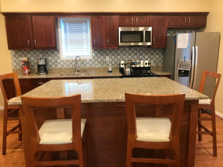 3 BR, 4 B &3 free Parking downtown silver spring.
