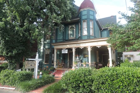 Dixie Rose Victorian Home 1 BR apt  Arts District