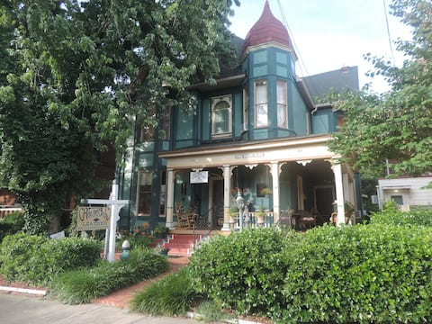 """Historic Victorian 1 BR Apartment """"Long Term Only"""""""