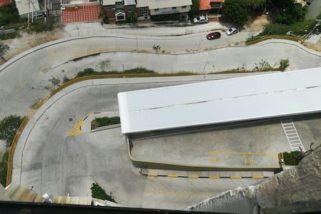 esta es la calle de acceso al edificio, q es exclusiva para el mismo y otro q hay al lado, es acendente