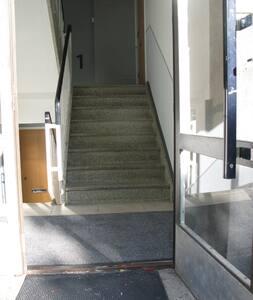 Oviaukko on leveä samoin kuin asuntoon johtavat 8 askelmaa. Ramppi on varastossa ja otetaan esille jos tarvetta ilmenee.