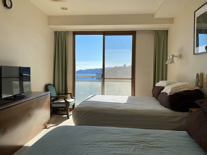 202室1人~3人、熱海駅徒歩5分、天然温泉無料、目の前に熱海城。素晴らしい眺め!