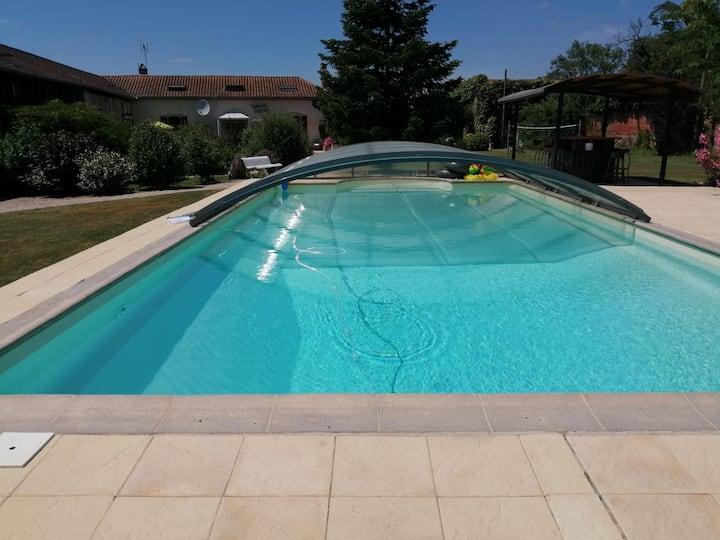 Gîte dans de jolis jardins avec piscine partagée