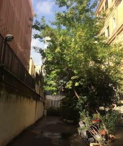 Sentiero illuminato in un cortile privato immerso nel verde  che porta direttamente all' abitazione
