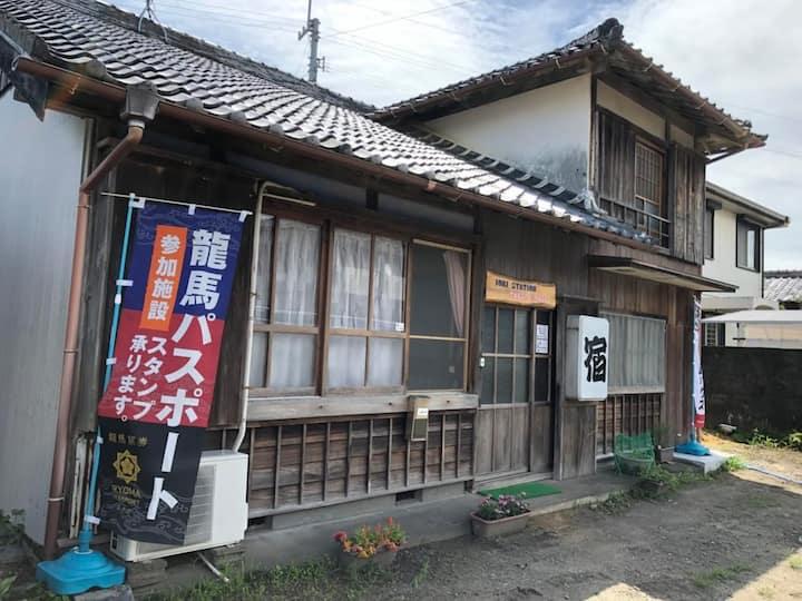 女性向け。駅1分、コンビニ5分、伊尾木洞8分。築80年の一軒家。