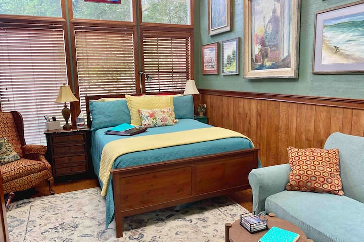 Private Safe Hideaway in Prime Midtown Location