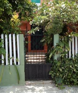 la entrada está sobre la avenida isla contoy es bien iluminada por la calle ,cuenta con cuatro escalones en la entrada