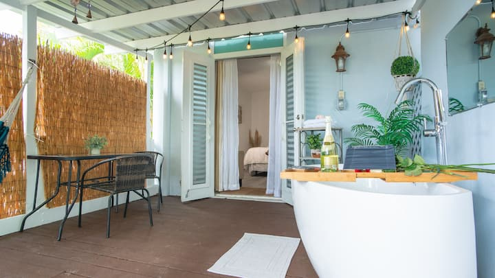 ♡ Suite for Couples ♡ Private Deck + Tub - Unit 1
