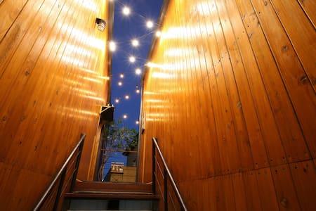 객실로 올라가는 계단입니다 밤에는 별처럼 스트링라이트가 빛나요~