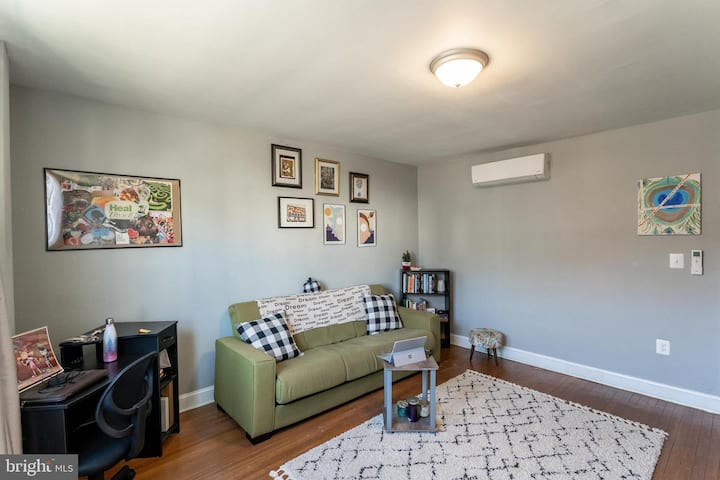 Clean and Bright Capitol Hill 2-BR with Parking!