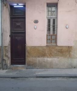 La entrada del edificio tiene 1.20m de ancho